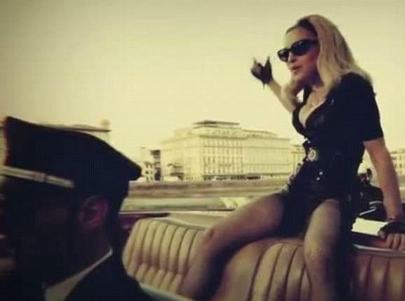 """Vidéo : Madonna sexy en diable et à la chasse aux hommes dans le clip de """"Turn Up The Radio""""..."""