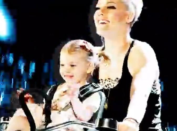 """Vidéo : Pink : avec sa fille Willow, son mari Carey Hart et Lily Allen dans le clip de """"True Love"""" !"""