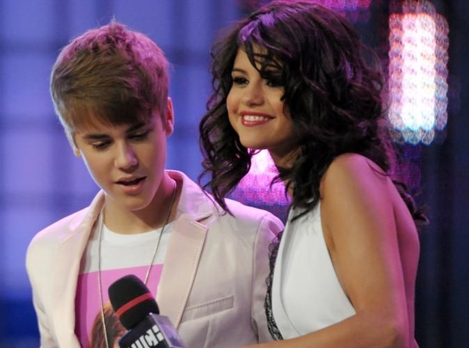 Vidéo : Selena Gomez et Justin Bieber chantent comme des casseroles puis s'embrassent !