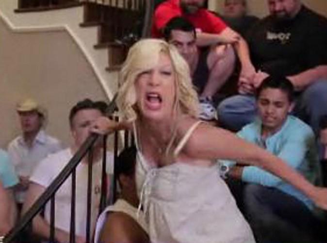Vidéo : Tori Spelling : elle se tourne en dérision dans un sketch hilarant sur les gays !