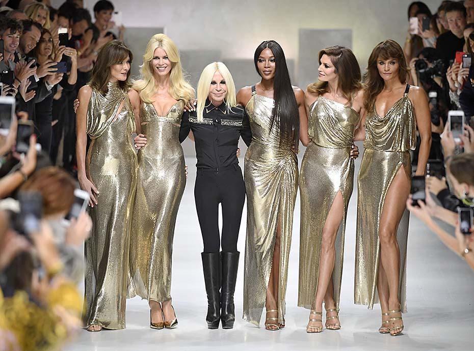 Carla Bruni, Naomi Campbell, Cindy Crawford... les Supermodels réunies sur le podium grâce à Donatella Versace