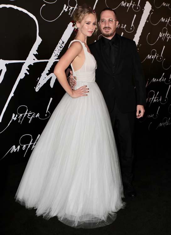 Jennifer Lawrence pose ENFIN avec Darren Aronofsky en... robe de mariée !